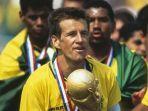 carlos-dunga-saat-membawa-timns-brasil-juara-piala-dunia-1994.jpg
