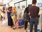 check-in-penumpang-pesawat-di-bandara-juanda-sidoarjo.jpg