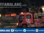 damkar-memadamkan-api-di-lokasi-kebakaran-gudang-pabrik-sepatu-di-kota-mojokerto_20180806_084543.jpg