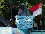 demo-mahasiswa-di-depan-gedung-dprd-jatim-jalan-indrapura-kamis-2692019.jpg