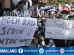 demonstrasi-guru-honorer-di-kantor-pemkab-lamongan_20181002_143831.jpg