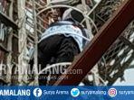 desa-kebonagung-kecamatan-pakisaji-kabupaten-malang-dihebohkan-aksi-laki-laki-memanjat-tower_20181107_152155.jpg