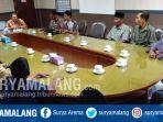 desa-sananrejo-kecamatan-turen-mendatangi-ruangan-komisi-i-dprd-kabupaten-malang_20181004_152144.jpg