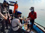 ditpolairud-polda-jatim-kunjungi-nelayan-di-tengah-laut-salurkan-bantuan-ppkm.jpg
