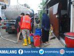 dropping-air-di-perum-btu-akibat-pipa-pdam-di-kecamatan-tumpang-kabupaten-malang-bocor.jpg