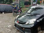 dua-mobil-yang-menjadi-korban-pencurian-ban-di-kota-malang.jpg