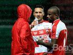dua-pemain-madura-united-raphael-maitimo-tengah-dan-striker-greg-nwokolo_20180128_093916.jpg