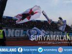 dukungan-suporter-dalam-laga-persela-vs-bhayangkara-di-stadion-surajaya-lamongan_20180916_172028.jpg