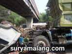 dump-truk-nyangkut-di-flyover-desa-panggreh-kecamatan-jabon-sidoarjo.jpg