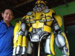 eko-purnomo-pamerkan-kostum-robot-buatanya-di-tulungagung.jpg