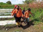 evakuasi-jenazah-di-kebun-singkong-desa-tumapel-kecamatan-dlanggu-kabupaten-mojokerto.jpg
