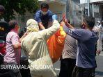 evakuasi-jenazah-hadi-purnomo-70-di-jalan-dipenogoro-siubondo.jpg
