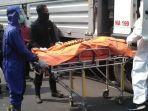 evakuasi-jenazah-iwan-nurdin-44-di-bahu-jalan-karangpoh-surabaya.jpg