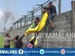 evakuasi-jenazah-kasiani-75-di-persawahan-belakang-pabrik-pt-cpci-di-mojoagung-jombang.jpg