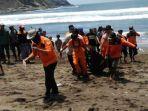 evakuasi-jenazah-m-mujib-18-yang-tenggelam-terseret-ombak-pantai-payangan-jember.jpg