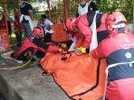 evakuasi-jenazah-misto-slamet-53-dan-ibnu-45-di-lapangan-sampo-kota-malang.jpg