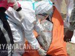 evakuasi-jenazah-monasir-56-yang-ditemukan-di-laut-ujungpangkah-gresik.jpg