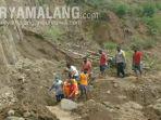 evakuasi-jenazah-mujirah-80-di-area-perkebunan-di-bukit-dampon-desa-sukorejo-tugu-trenggalek.jpg