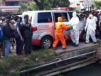 evakuasi-mayat-bayi-perempuan-di-plengsengan-pintu-air-jalan-menur-pumpungan-raya-surabaya.jpg