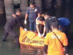 evakuasi-mayat-pria-yang-belum-diketahui-identitasnya-di-bawah-jembatan-undaan-surabaya_20181105_134725.jpg