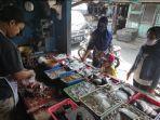 firza-ridwani-melayani-pembeli-di-kios-pasar-templek-kota-blitar.jpg