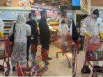 foto-viral-pengunjung-supermarket-memakai-baju-hazmat.jpg