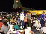 gempa-dan-tsunami-di-sulawesi-tengah-tiba-di-bandara-juanda_20181003_214732.jpg