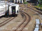 gerbong-kereta-api-ka-yang-berhenti-di-stasiun-kota-malang.jpg