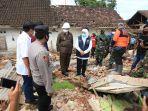gubernur-jatim-khofifah-indar-parawansa-menyambangi-daerah-terdampak-gempa-di-malang-selatan.jpg
