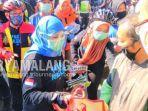 gubernur-jawa-timur-khofifah-indar-parawansa-membagikan-masker-dan-sembako-gratis.jpg