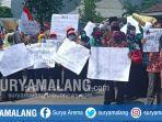 guru-dan-kepala-madrasah-demonstrasi-di-depan-kantor-kemenag-kabupaten-kediri.jpg
