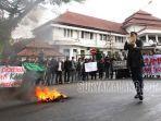 himpunan-mahasiswa-islam-hmi-cabang-malang-membakar-ban.jpg