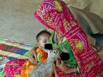 ibu-menyusui-bayi-dan-seekor-rusa-di-india_20160502_125739.jpg