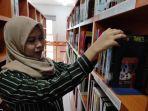ilustrasi-mahasiswa-memilih-buku-di-perpustakaan.jpg