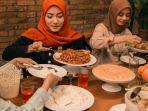 ilustrasi-makan-sahur-bersama-keluarga-di-bulan-ramadan-2021.jpg