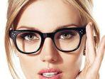 ilustrasi-wanita-memakai-kacamata_20180602_164018.jpg