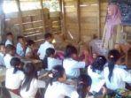 indri-rosidah-sedang-mengajar-di-sd-puncak-lolomatua-di-kecamatan-ulunoyono-kabupaten-nias-selatan_20170503_183717.jpg