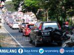 jalan-desa-beji-kecamatan-junrejo-kota-batu-ramai-parkir.jpg