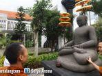 jejak-mahayana-budhisme-calon-bikhu-dan-bikhuni-melihat-arca-budha-gundul.jpg