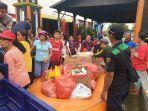 jemaat-gereja-membantu-memberikan-makanan-korban-banjir-di-gresik.jpg