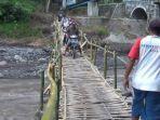 jembatan-darurat-dari-bambu-di-desa-gesang-tempeh-lumajang.jpg