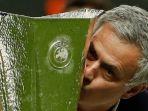 jose-mourinho-mencium-trofi-liga-europa_20170525_212933.jpg