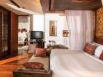 kamar-tidur-di-salah-satu-vila-four-season-resort-at-sayan_20170624_115608.jpg