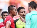 kapten-timnas-indonesia-u23-hansamu-yama-berdiskusi-dengan-wasit-shaun-evans_20180824_195218.jpg
