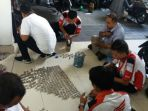 karyawan-dealer-nagamas-motor-yogyakarta-saat-menghitung-uang-koin-pecahan-rp-1000_20180323_115619.jpg