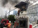 kebakaran-melanda-rumah-dua-lantai-di-jalan-embong-wungu-no-14-15-surabaya.jpg