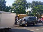 kecelakaan-melibatkan-mobil-box-dan-mobil-toyota-di-surabaya.jpg