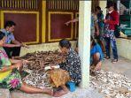 kegiatan-warga-membuat-gaplek-di-desa-sukowilangun-kecamatan-kalipare-kabupaten-malang.jpg