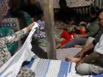 keluarga-tinggal-di-kandang-kambing-karena-rumahnya-ambruk-akibat-gempa-lumajang.jpg
