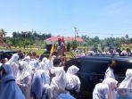 kepala-sekolah-pimpin-demo-yang-diikuti-para-siswa-dan-para-guru-smpn-1-namrole-di-buru-selatan.jpg